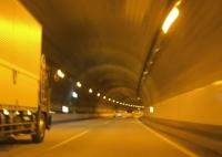 トンネルでは視界の変化にあわせてスピードの調節を!
