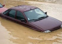 冠水車はどうする?水没した車の修理や保険、廃車についての注意点